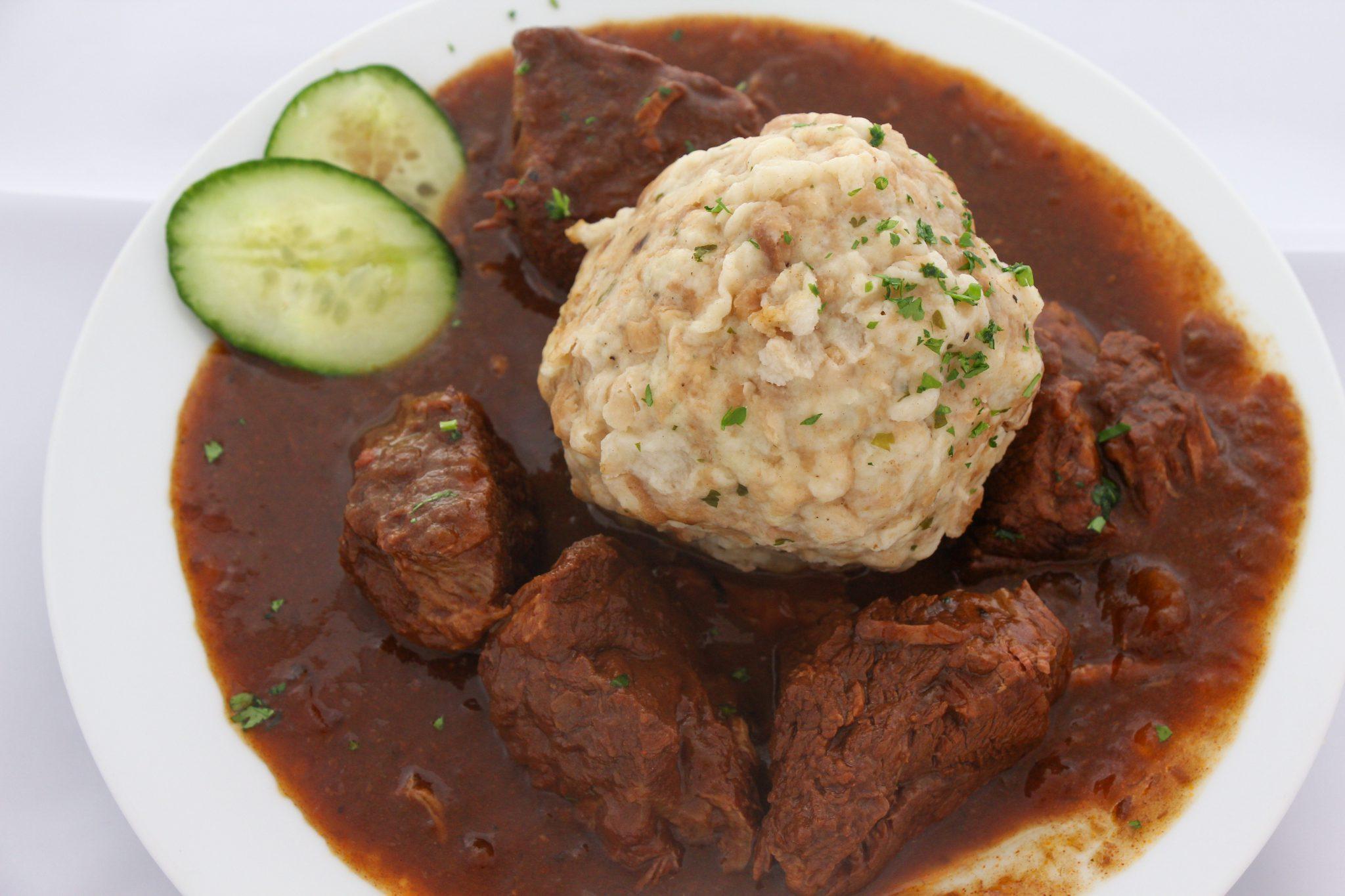 Großes Wiener Rindsgulasch nach Omas Rezept mit Semmelknödel ACG