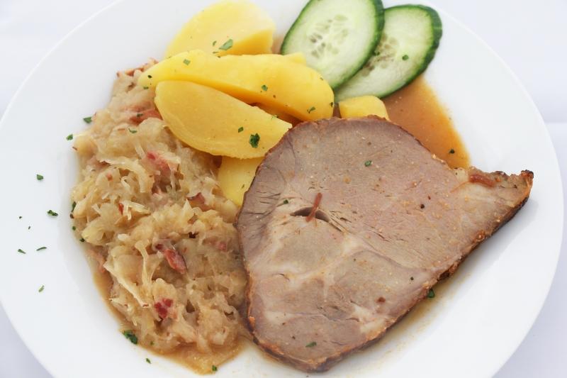 Schweinsbraten mit Sauerkraut und Salzerdäpfeln L