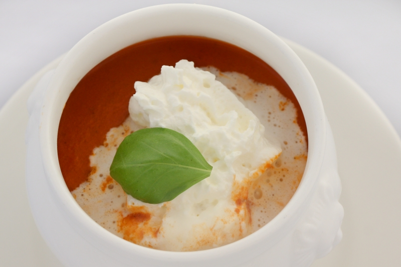 Tomatencremesuppe mit Obers und Basilikum G