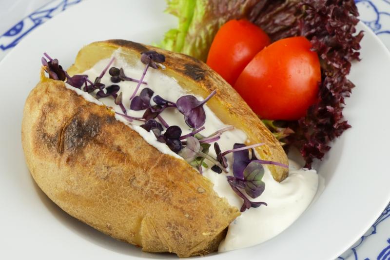Ofenkartoffel mit Sauerrahmsauce und frischen Kräutern G